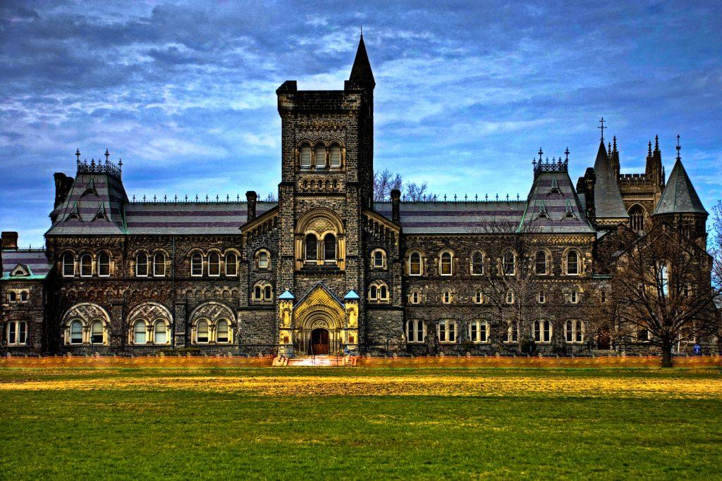 Prédio da University College Toronto, uma das faculdades que foram a Universidade de Toronto.