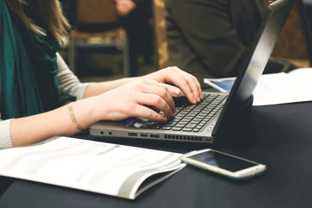 typing-encontrar-estagio-no-exterior