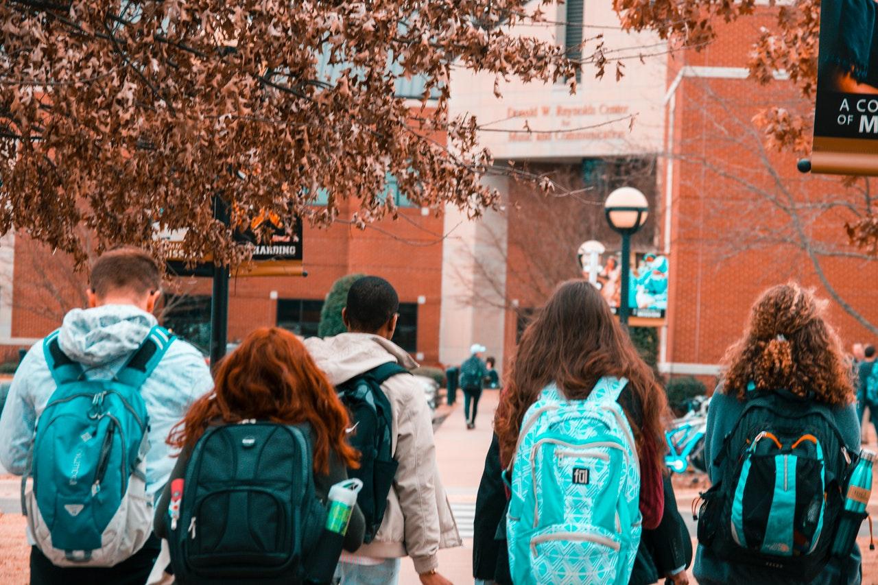 8 prós e contras de fazer o Ensino Médio no exterior